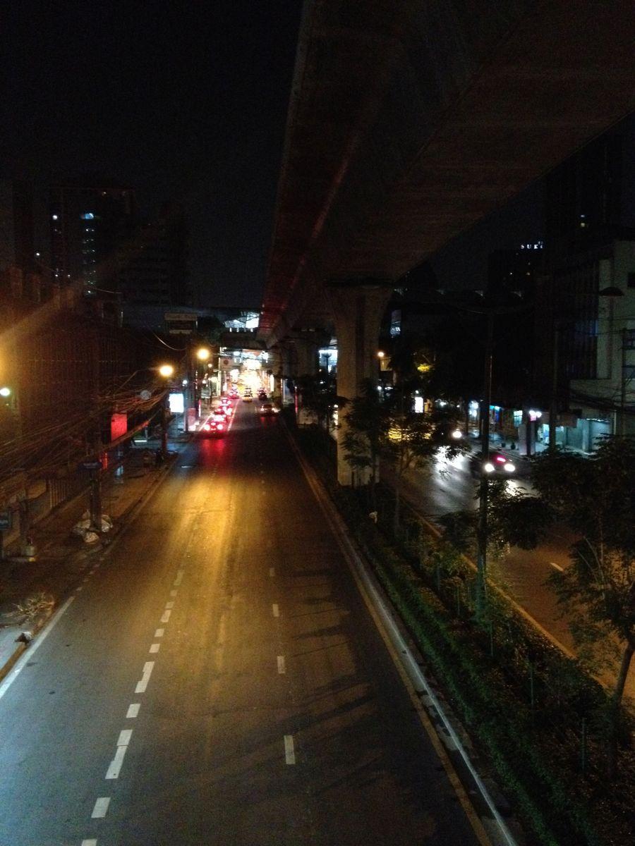 Straße in Bangkok bei Nacht