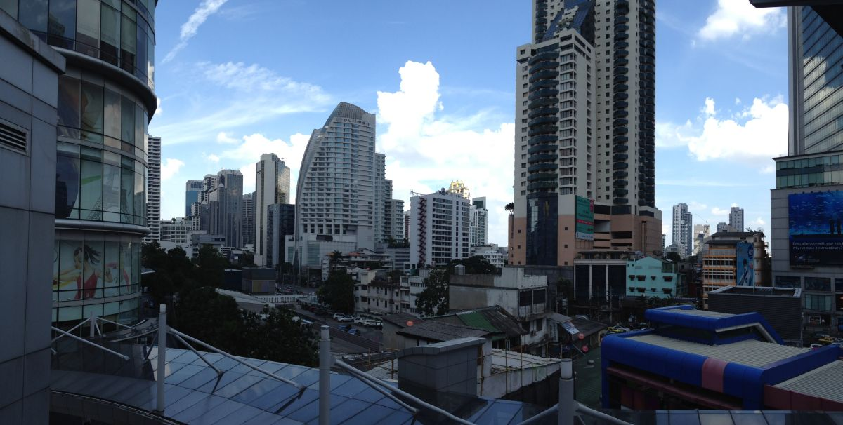 Wolkenkratzer und blauer Himmel