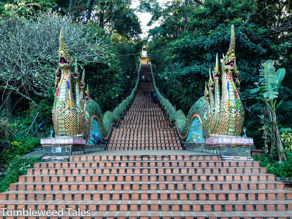 Eine Naga-Treppe mit 200 Stufen führt hoch zum Tempel