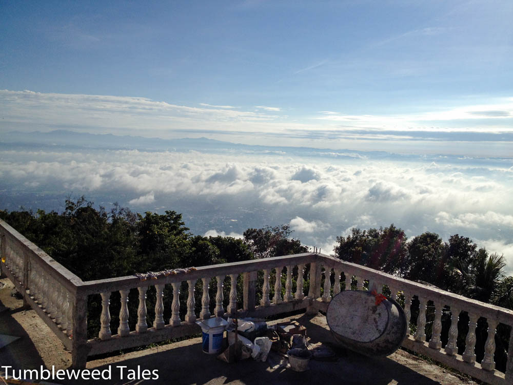 Fantastischer Ausblick über Chiang Mai (wenn nicht die Wolken wären...). Dazu ein bisschen Gerümpel.
