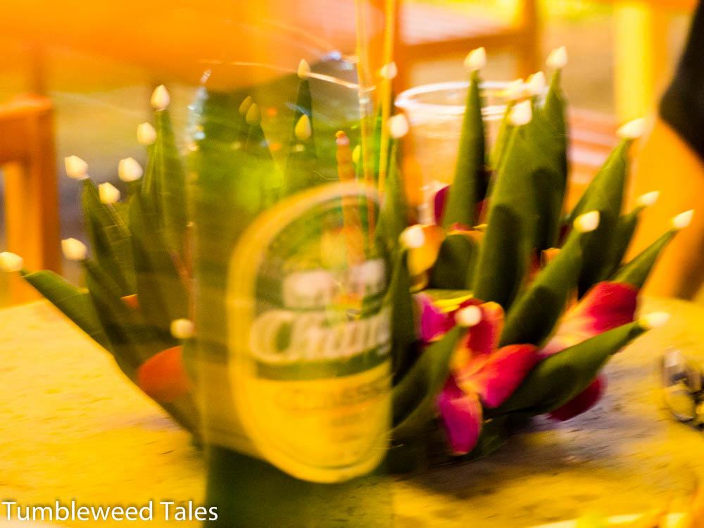 Bier und Krathongs. Das Bild fasst den Abend gut zusammen (inkl. der Unschärfe ;) )