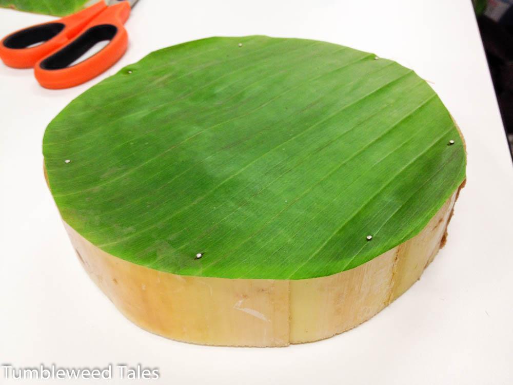 Schritt 2: Bananenblatt ausschneiden und festpinnen