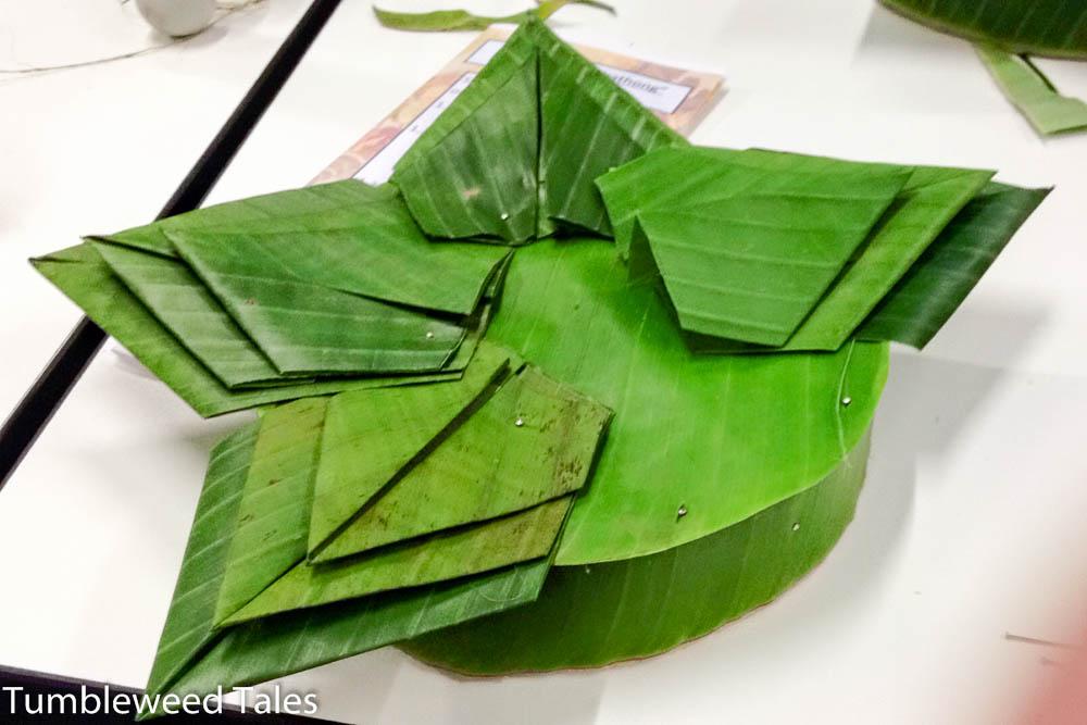 Schritt 3: Krathong-Blätter falten und sternförmig festpinnen