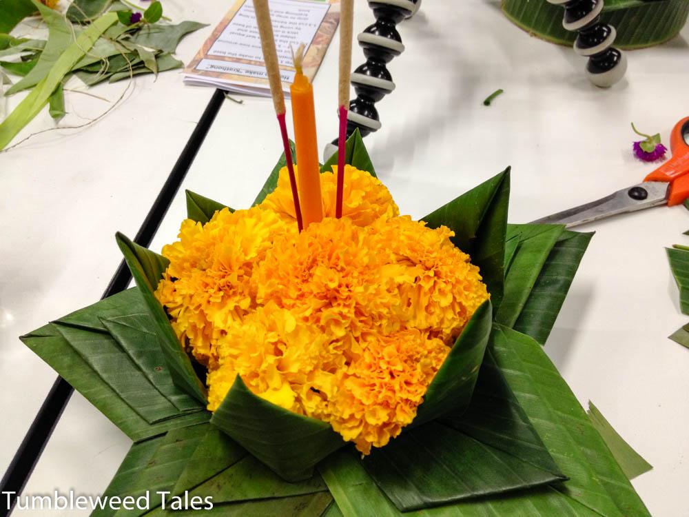 Schritt 5: Krönchen mit Blüten füllen und Kerze und Duftstäbchen reinstecken