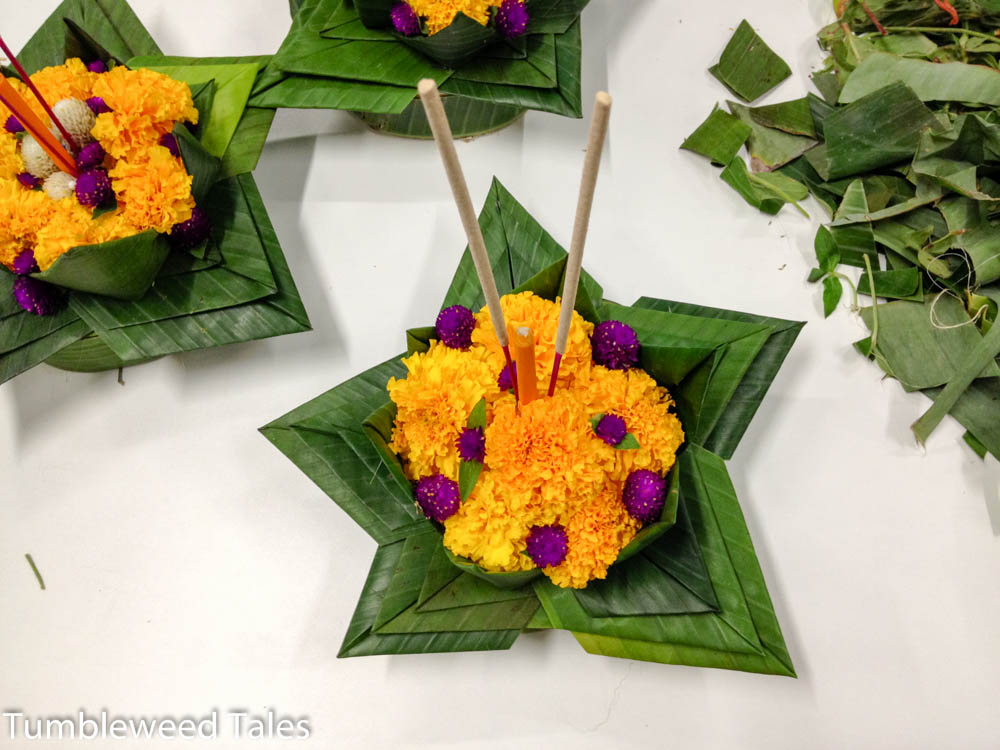 Tadaa: Das fertige Krathong, mit Kleeblüten verziert