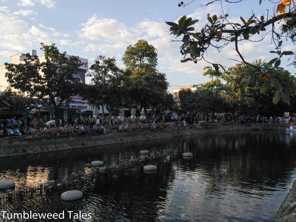 Am Tag vor Loi Krathong am Moat – die Eröffnungsfeier beginnt gleich