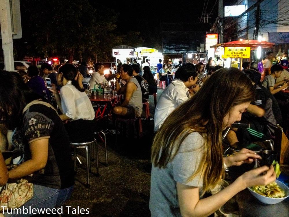 Der Übeltäter: Irgendeiner dieser Stände am Chang Puak Nachtmarkt! Trotzdem sehr empfehlenswert