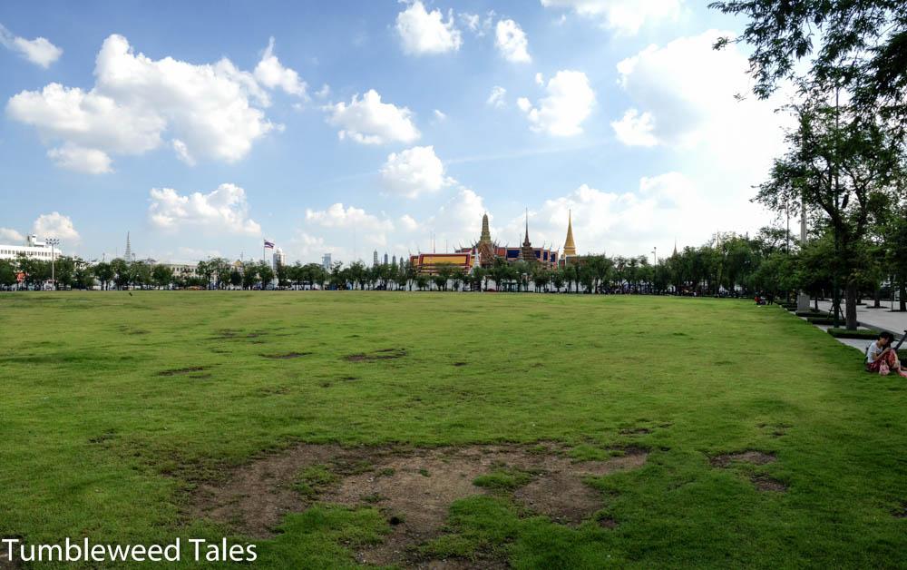 Blick auf dem Königspalast in Bangkok vom Royal Field aus