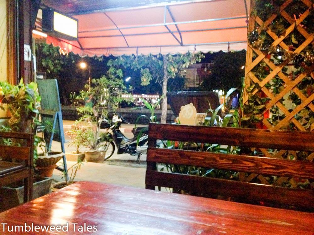 Blick auf die Straße direkt am Moat von Chiang Mai von einem netten burmesischen Restaurant aus