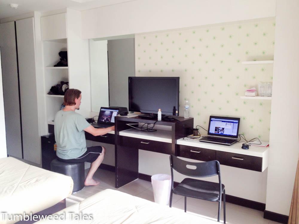 Platz für unsere Rechner im Hotel/Apartment in Chiang Mai