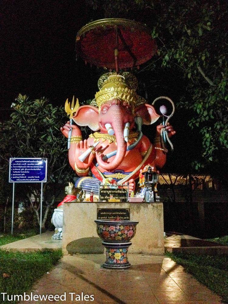 Ein Schrein neben unserem Hotel. Rosa Elefanten! :)