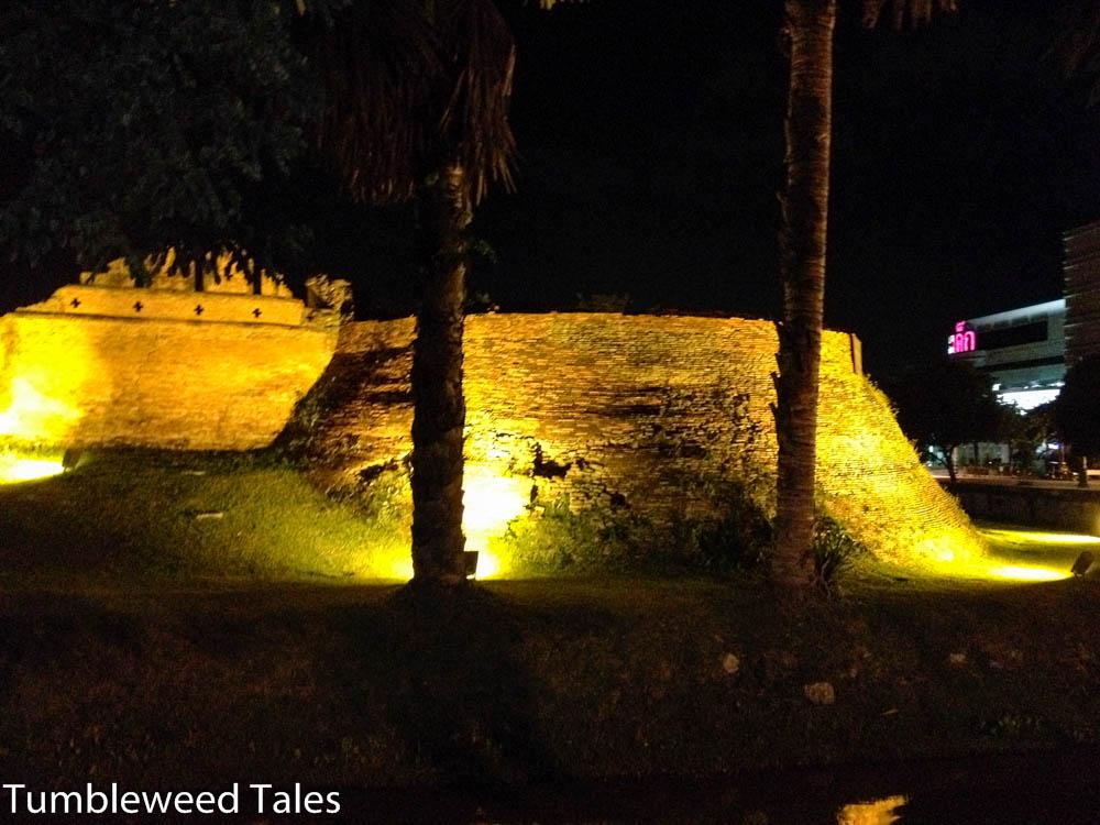 Reste der Stadtmauer und der Moat von Chiang Mai bei Nacht