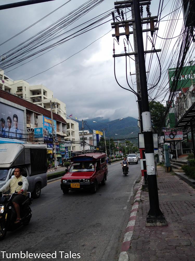 Blick auf den Doi Suthep, natürlich mit Songthaew auf der Straße