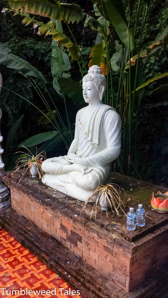 Wenigstens Buddha meditiert