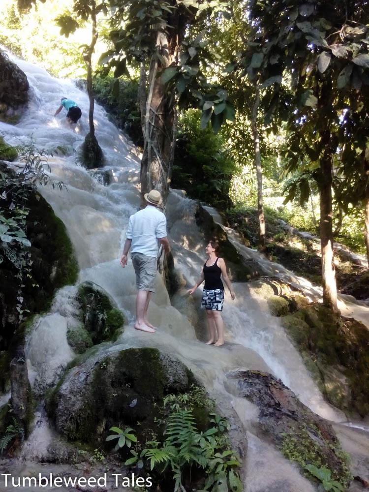 Nico klettert den Wasserfall hoch