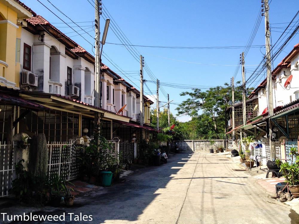 Am Ende der Straße links wohnen wir. Mit Blick auf den Doi Suthep (hier nicht sichbar).