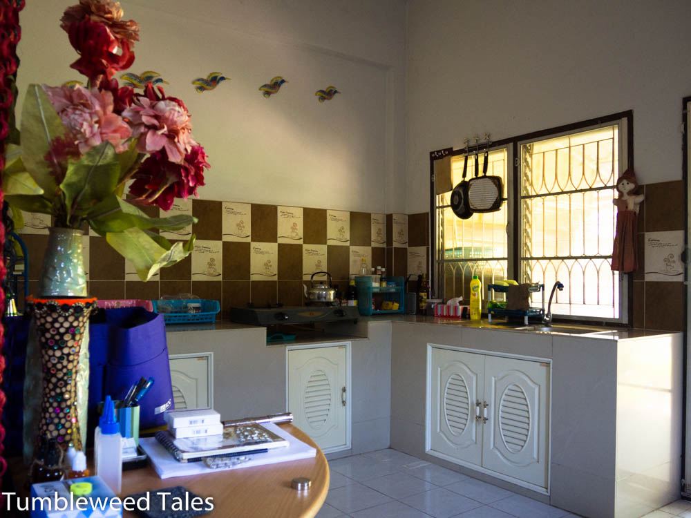 Unsere Küche im Thai-Style: Kein Backofen, dafür ein Gasherd!