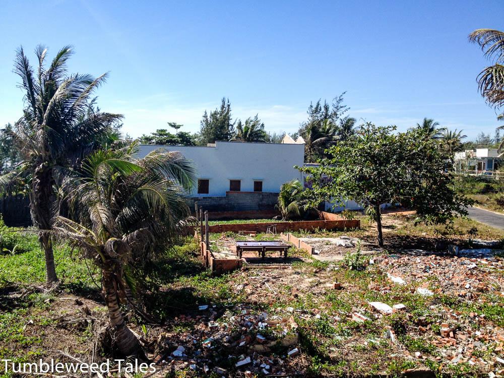 Das Grundstück neben unserem Hotel... Schutt, Müll, Reste einer vergangenen Zivilisation... und ein Billardtisch!