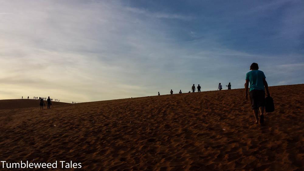 Aufstieg zu den roten Dünen