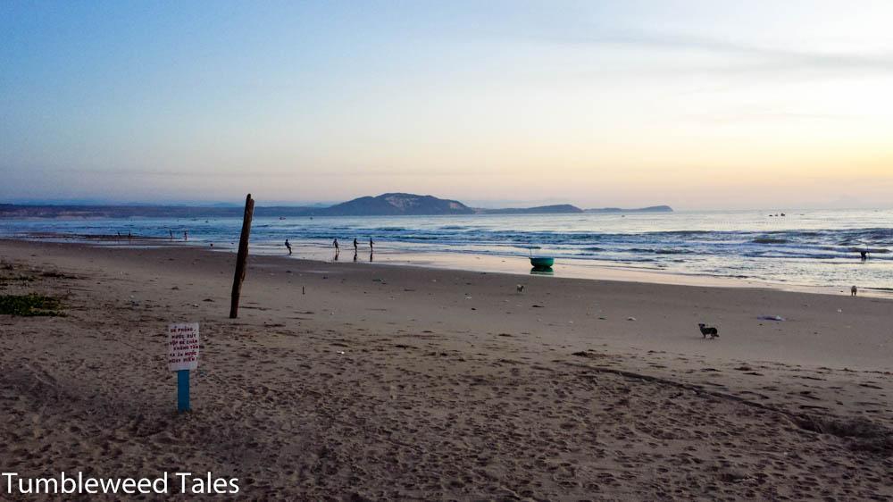 Sonnenaufgang an Heiligabend. Die Fischer holen ihre Netze ein.