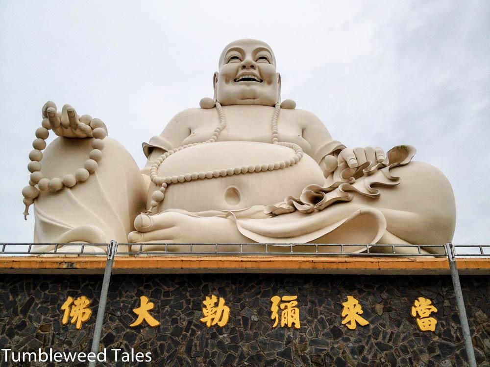 Einer von drei gigantischen Buddhas auf dem Tempelgelände