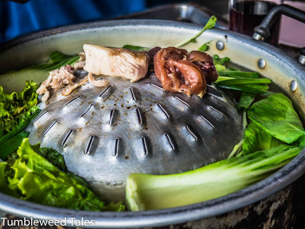 """Mu kratha (""""Pfannenschwein""""): Grillplatte in der Mitte, Suppe am Rand. Vorsicht, die Kohlen drunter sind echt heiß!"""