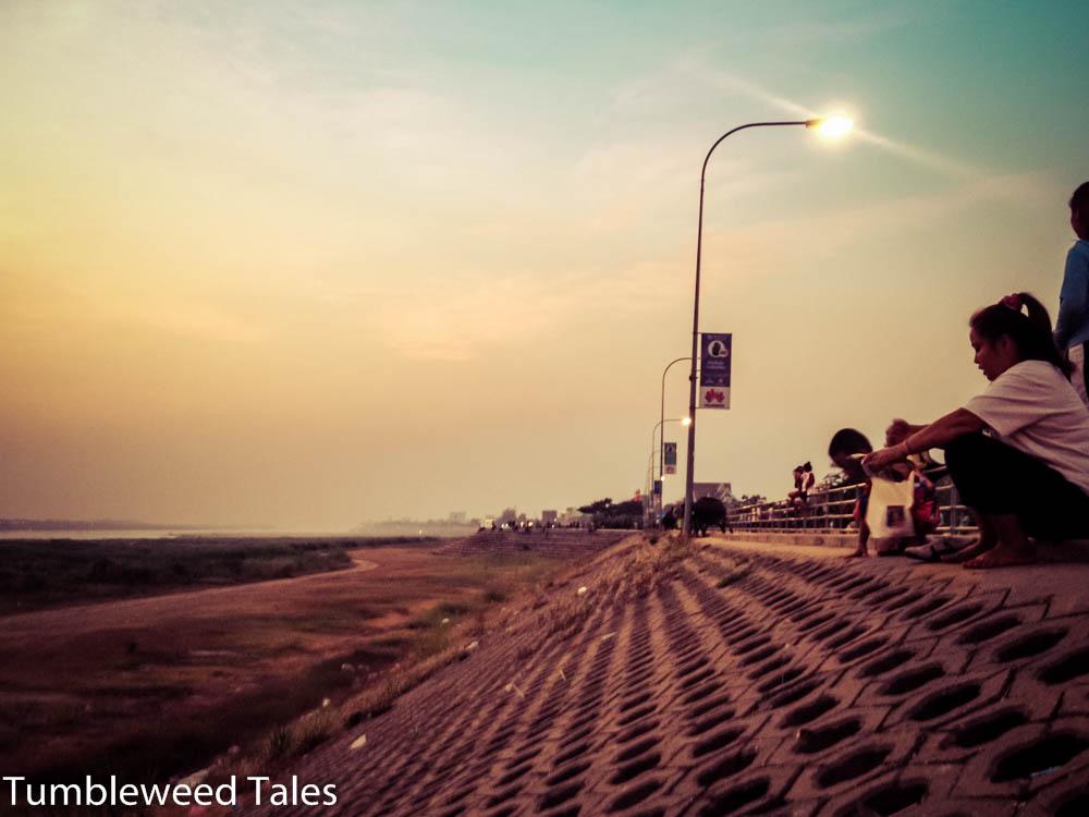 Am Mekong-Ufer in Vientiane. Gute Stimmung zum Sonnenuntergang
