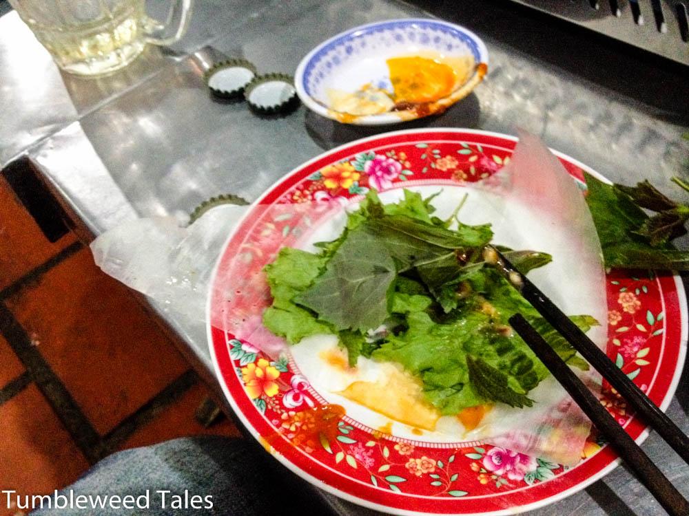 Salat, Minze und anderes Grünzeug zum Einwickeln in Reispapier.