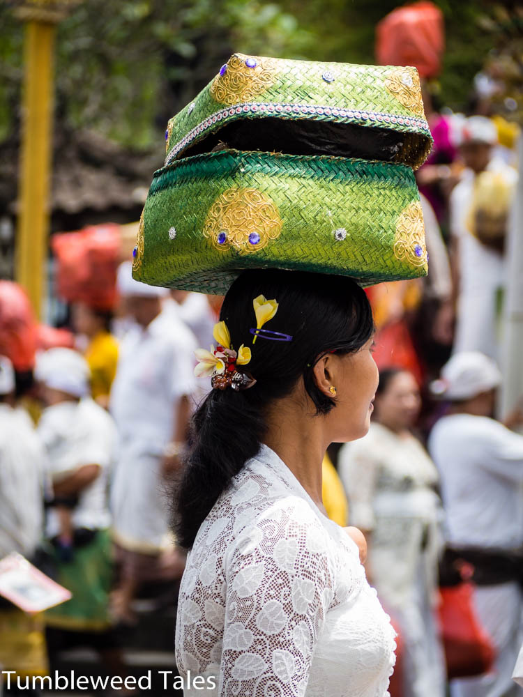 Balinesische Frau mit Opfergaben