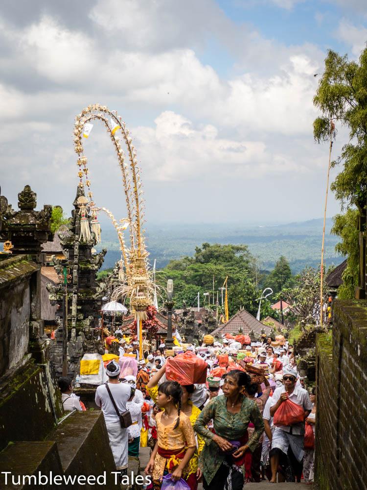 Menschenmassen auf dem Tempelgelände