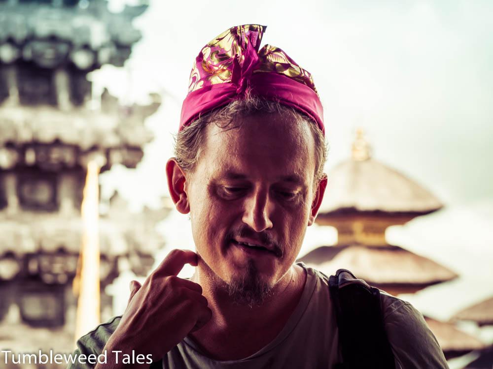 Nico diskutiert spirituelle Themen mit unserem Touristenführer
