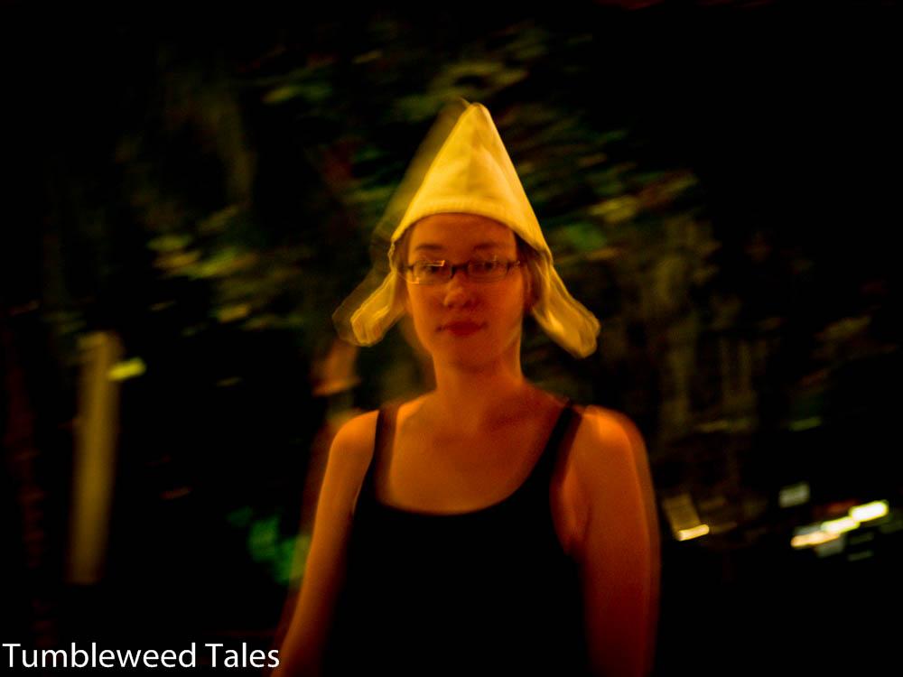 Nina mit Servietten-Hut