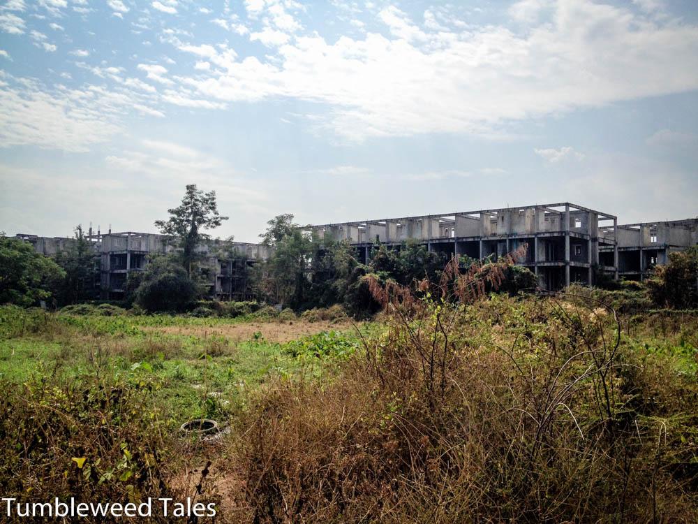 Wenn man zum Hintereingang unserer Siedlung rausfährt, begrüßen einen dort diese wundervollen vermutlich niemals fertiggestellten Ruinen.