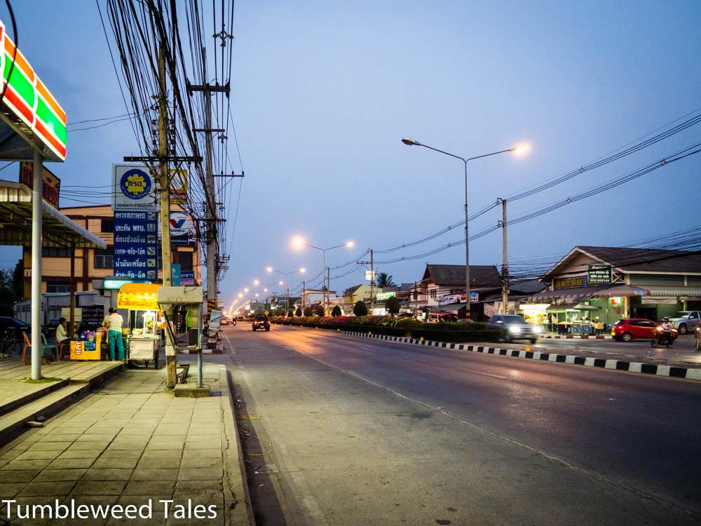 Die 108 mit Blick Richtung Chiang Mai, direkt am Eingang von Koolapan 5