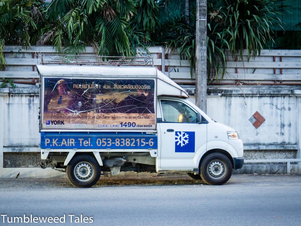 Ganz schön vergilbte Werbung auf dem Truck!