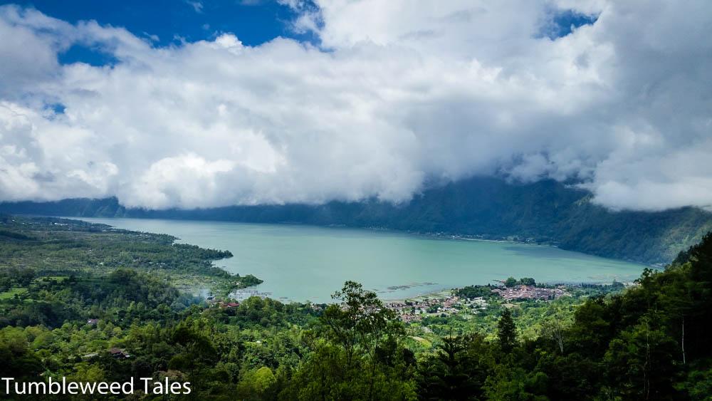Der wolkenverhangene Kratersee des Batur