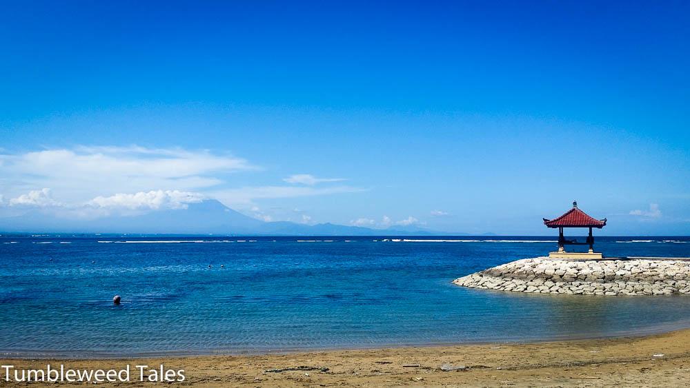 Unser Meer in Sanur. Sehr algig. Im Hintergrund: Der beeindruckende Vulkan Agung