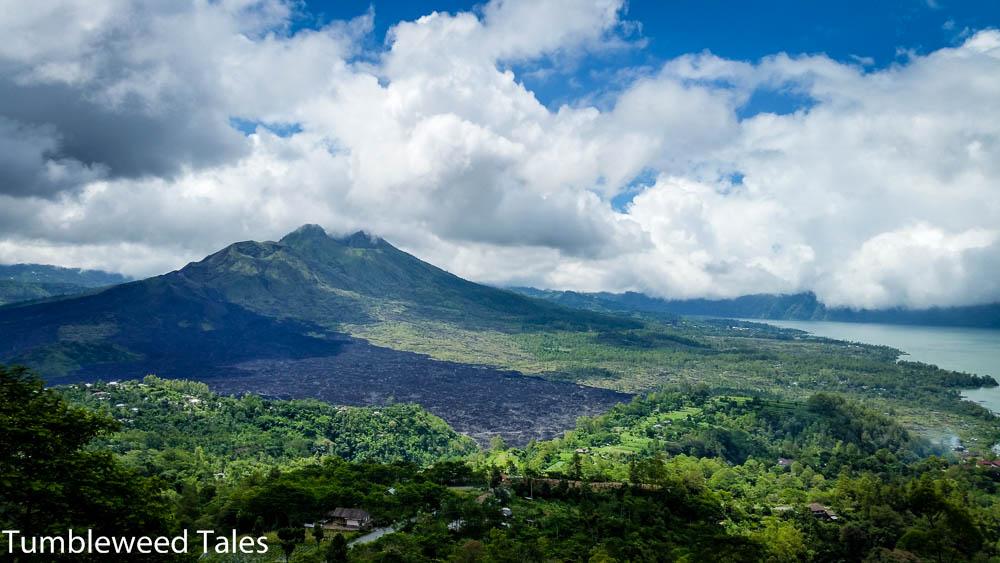 Mount Batur mit Lava-Resten im Vordergrund