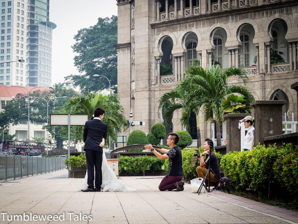Ein Brautpaar-Fotoshooting mit dem alten Bahnhof als Kulisse