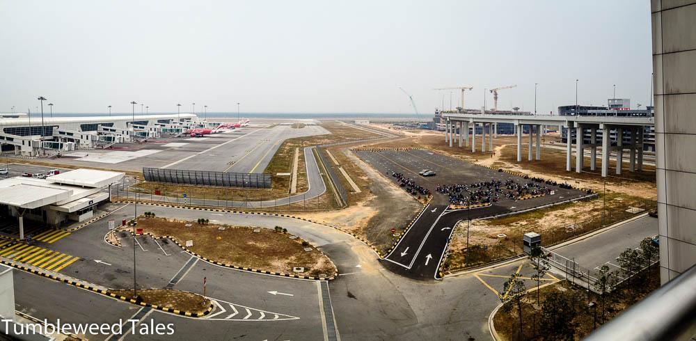 Der Flughafen von KL, etwas außerhalb der Stadt. Das Air Asia-Terminal ist gigantisch!