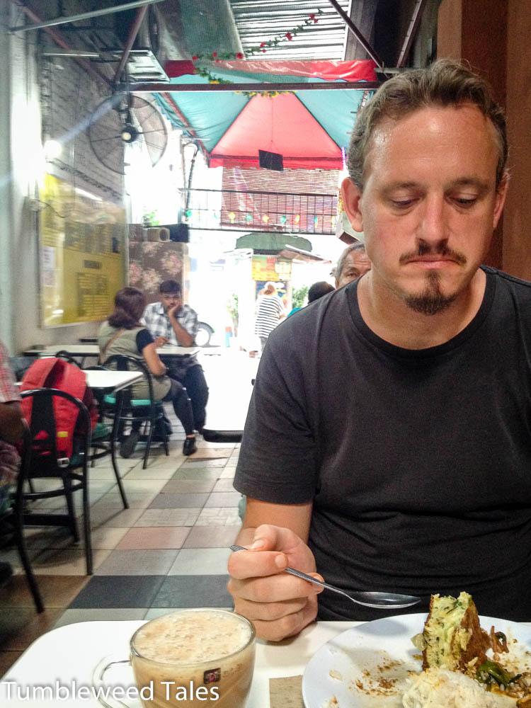 """Frühstück in einer Garküche in Chinatown. Das Essen war akzeptabel, aber der Teh Tarik (""""Gezogener Tee"""", das Nationalgetränk) war wie immer klasse!"""