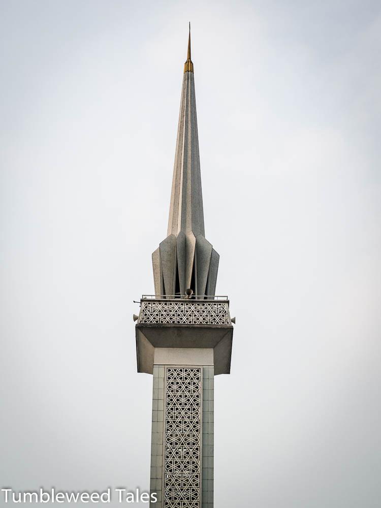 Das Minarett der Nationalmoschee – sieht aus wie ein eingeklappter Regenschirm