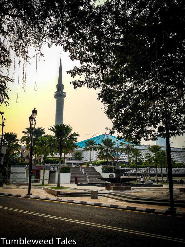 Die Nationalmoschee von außen – Minarett und Kuppel