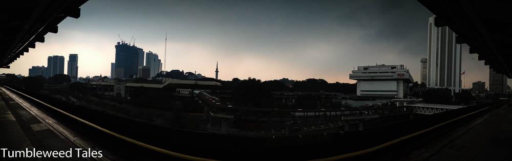 Die Skytrain-Haltestelle in Chinatown bei Dämmerung. In der Ferne: Die Kuppel der Nationalmoschee.