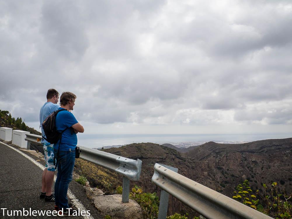Nico und Dome blicken auf die Caldera de Bandama