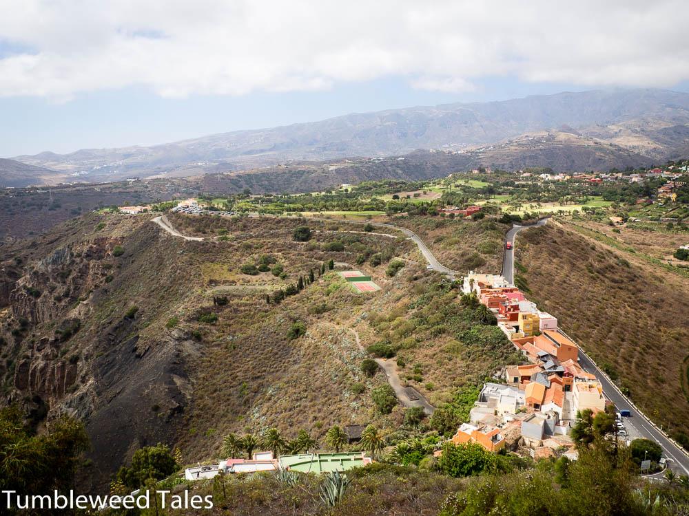 Ein grüner Fleck in der kargen Landschaft: Der Golfplatz am Rand der Caldera