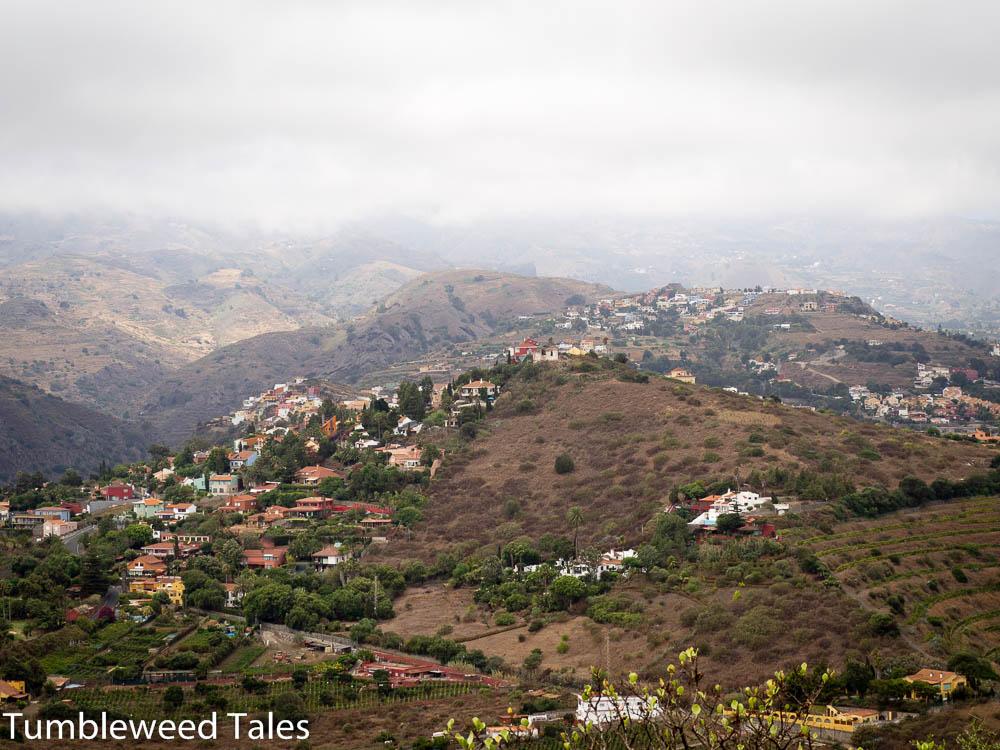 Blick auf das bergige Hinterland