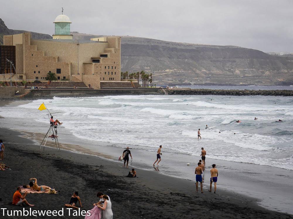 Der Playa de Las Canteras an der Südseite – mit schwarzem Vulkansand