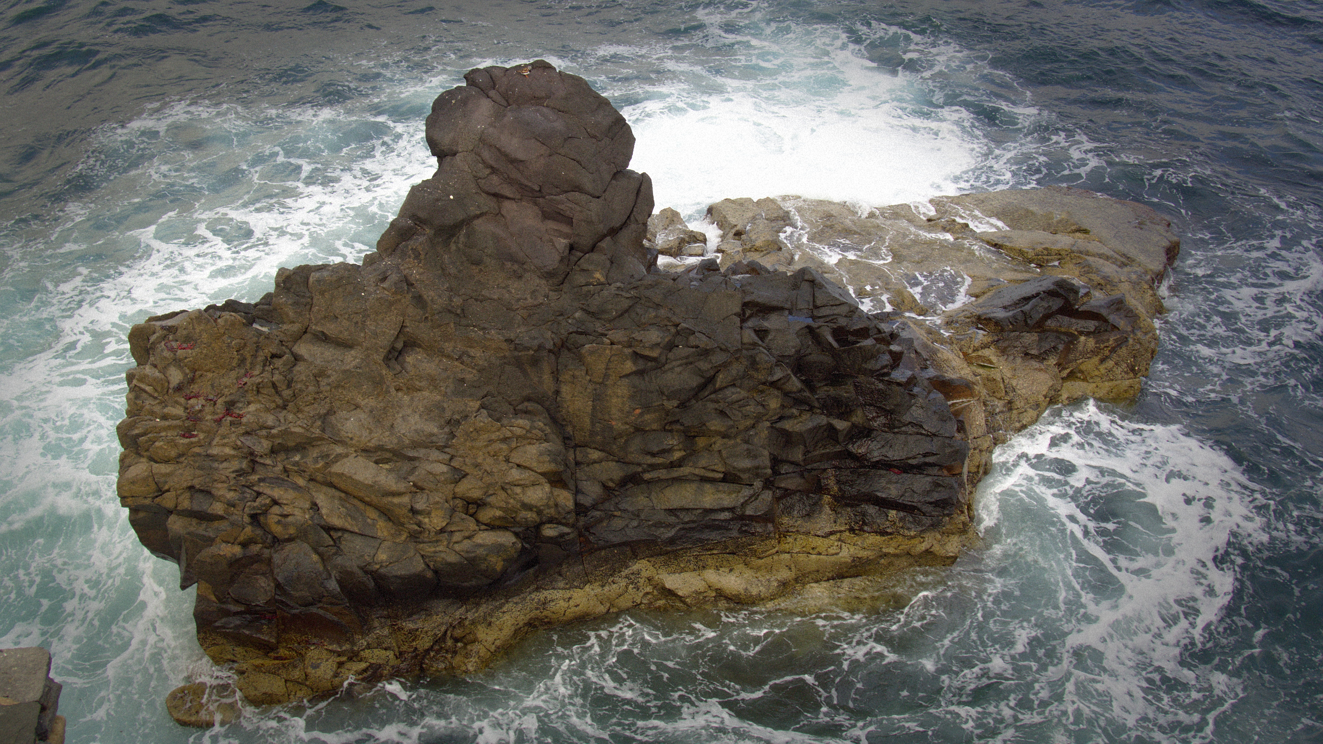 Küstenfelsen mit Gischt