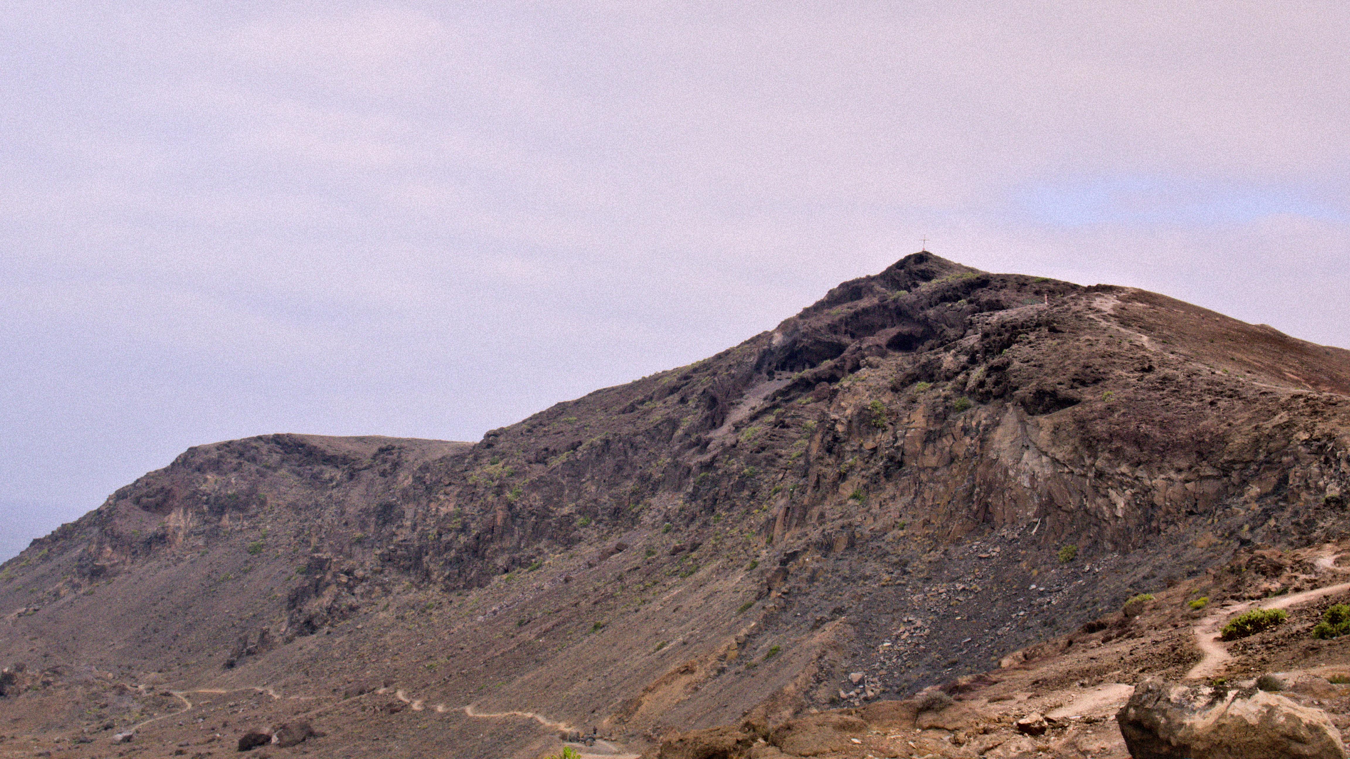Die pregnannteste Erhebung in der Umgebung. Es gibt sogar ein Gipfelkreuz, vielleicht schwach zu erkennen